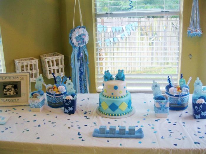 eine schöne blaue Torte und viele Süßigkeiten, blaue Girlande, Babyparty Junge