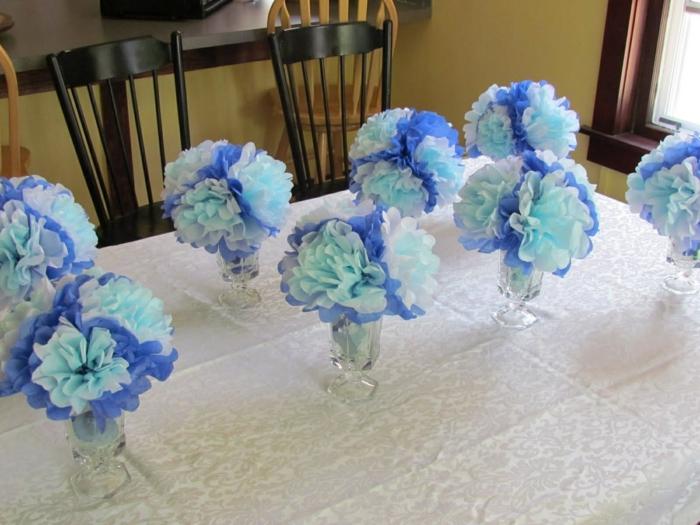 Papierblumen in verschidener Nuancen von blauer Farbe, Babyparty Junge