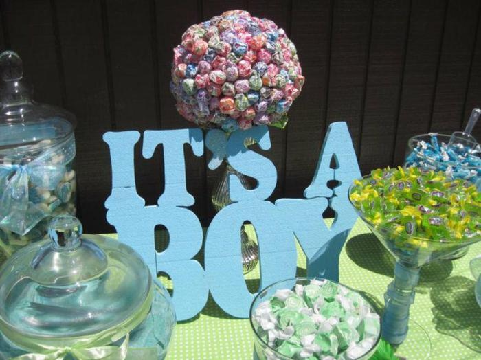 Babyparty Junge, viele Bonbons und eine Aufschrift, Its a Boy, ein Ballon voller Süßigkeiten