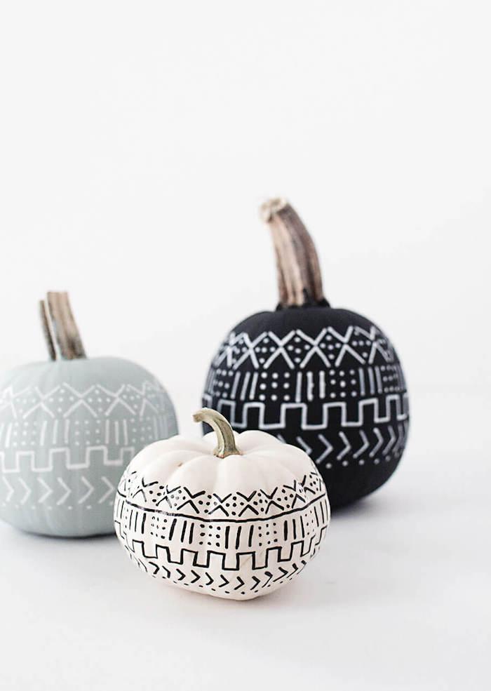 graue, weiße und schwarze kleine bemalte deko kürbisse, halloween dekoration selber basteln, einen halloween kürbis malen