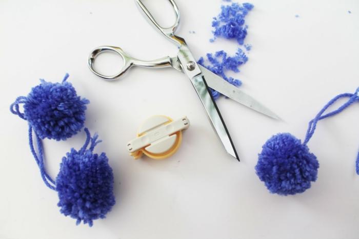 blaue Pompons und alles Nützliches diese herzustellen, Bommel selber machen