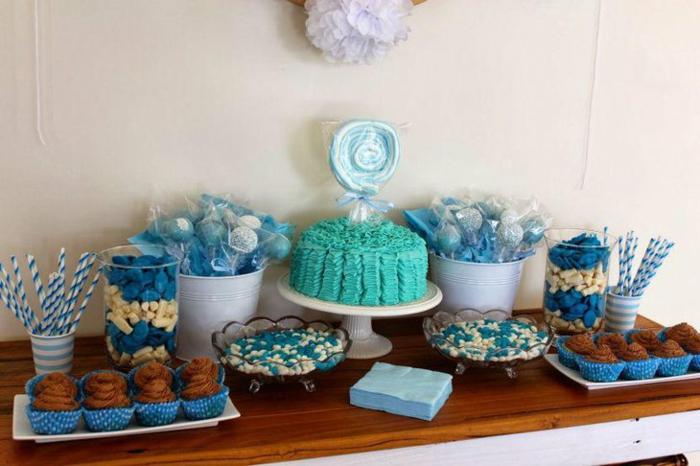 Cupcakes mit Schokolade, eine Torte mit blauer Glasur und ein Lutscher, Babyparty Junge