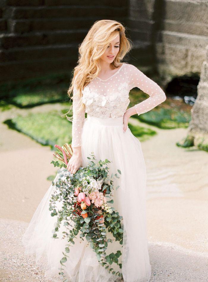 eine junge braut mit einem vintage brautkleid und mit einem großen brautstrauß wasserfall vontage mit vielen grünen blättern und mit tulpen und pinken blumen