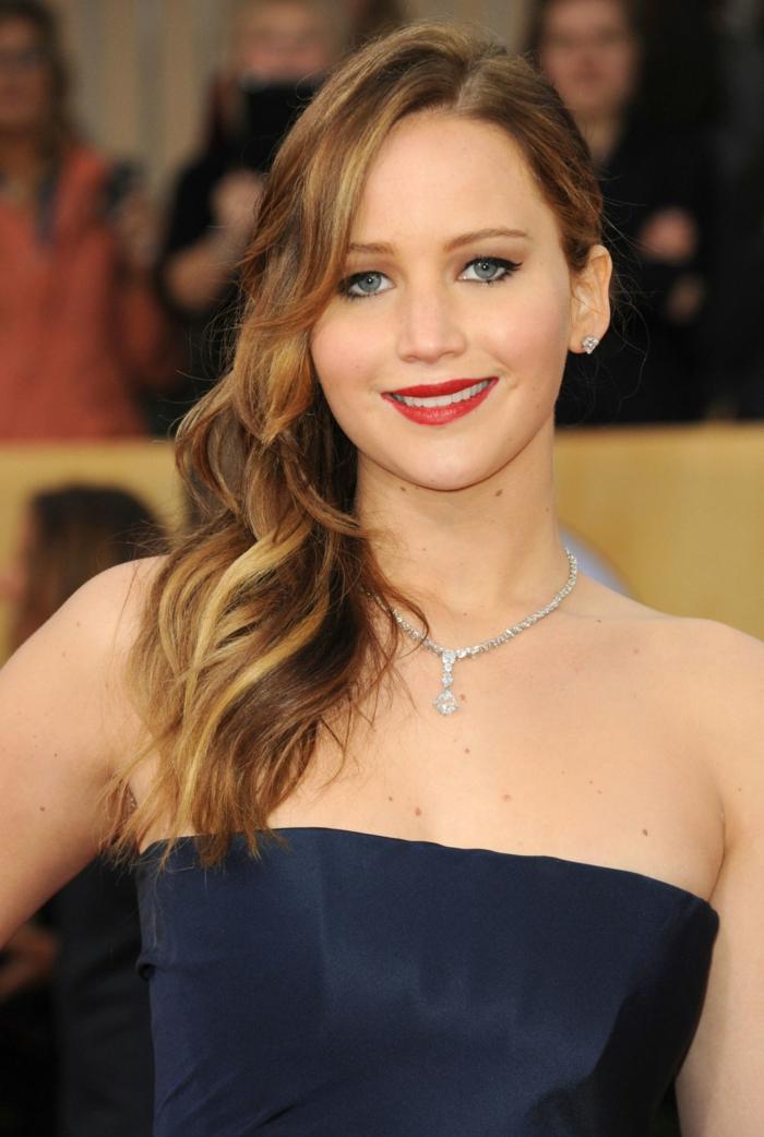 Jennifer Lawranse, Seitensteichel, blaues Kleid, Langhaarfrisuren, Collier, blonde Highlights