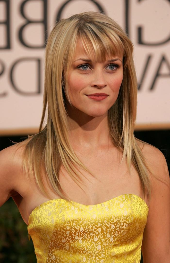 Reese Witherspoon, blonde Schauspilerin mit gelben Kleid, einfache Frisuren mit Pony
