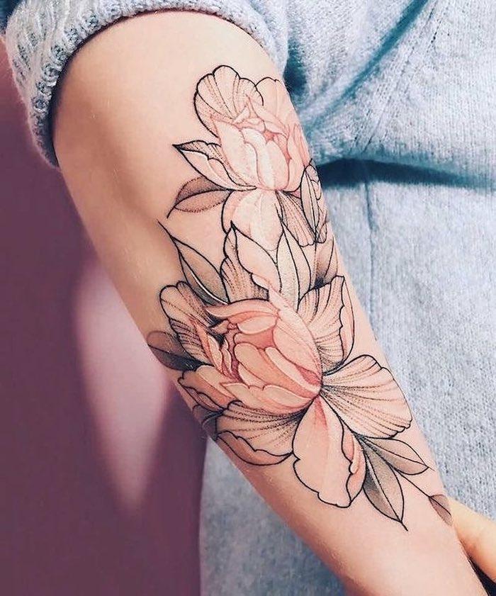 eine tätowierung mit pinken und weißen großen blumen und grüne blättern, eine junge frau mit einer hand mit einem tattoo, frauen tattoos ideen