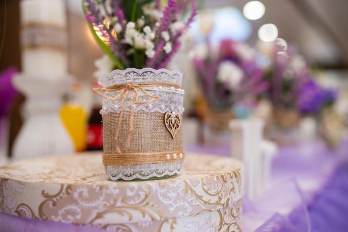 Vase aus Einmachglas mit Spitze und Perlen dekoriert, kleines Herz aus Holz, lila Lavendel