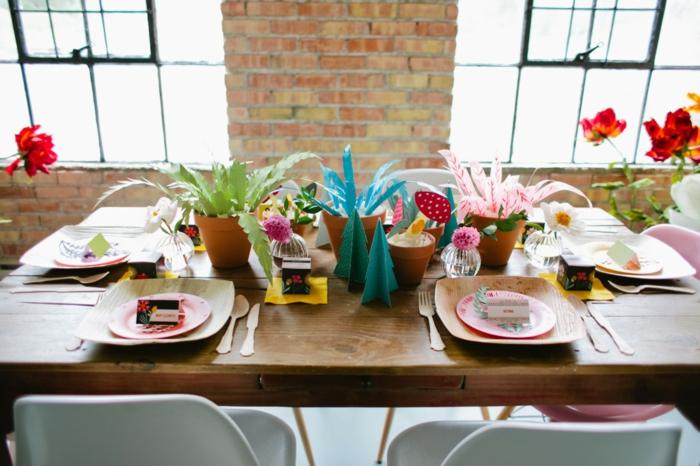 drei Blumentöpfe mit blauer, grüner und rosa Blumen aus Papier, Babyparty organisieren