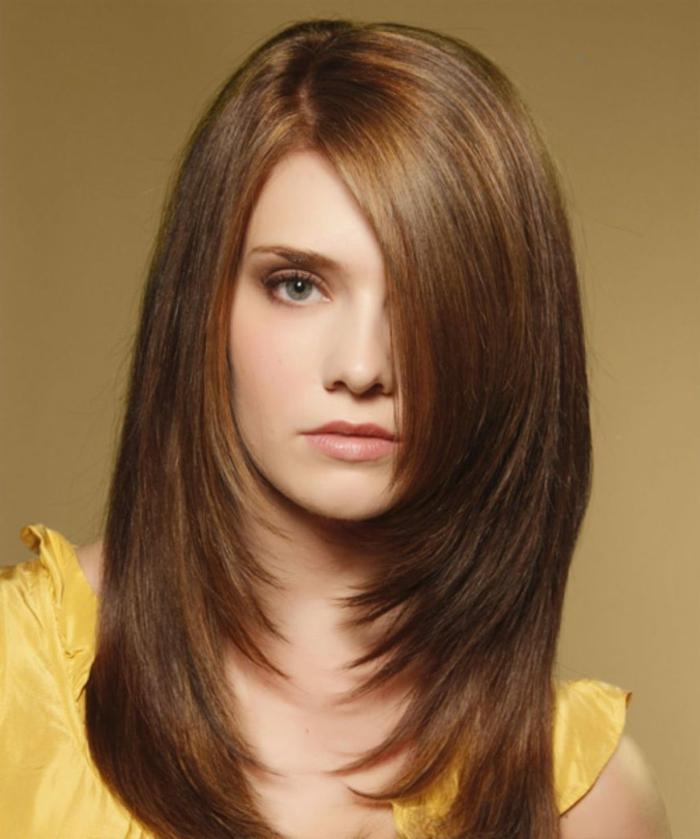 ein Bob Frisur für lange Haare, mit Pony, ein schönes Mädchen mit gelbem Kleid