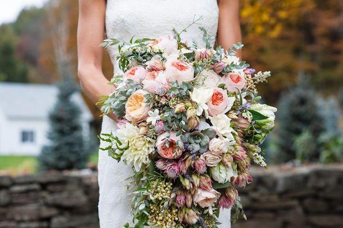 ein garten mit vielen gelben bäumen, eine braut mit einem weißen brautkleid, ein großer v rosa mit vielen grünen kleinen blättern und mit pinken und gelben rosen und blumen