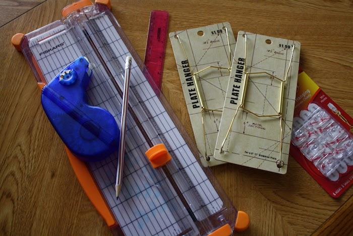bücher falten schritt für schritt anleitung und materialien, ein brauner tisch aus holz und ein kleiner grauer bleistift und ein lineal, bastelideen für erwachsene