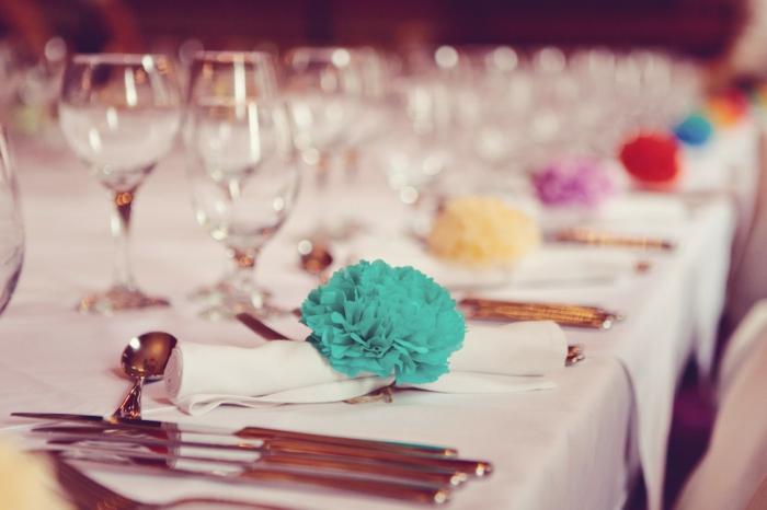 eine Tischdeko für Hochzeit, Pompon in verschiedener Farben, Bommel selber machen