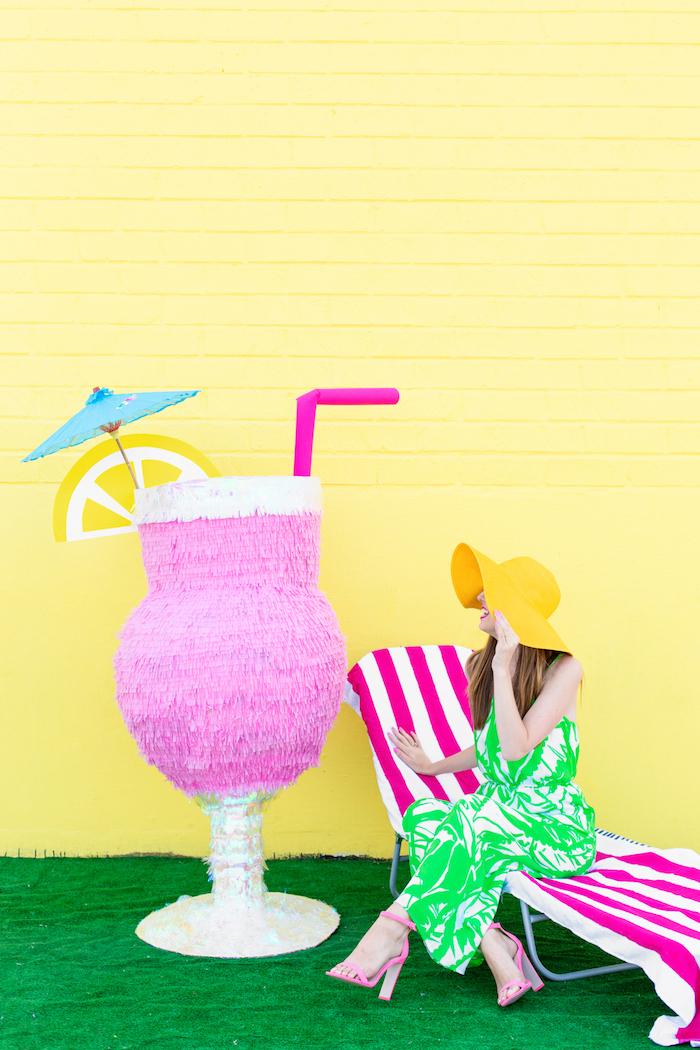 Cocktail Pinata mit Zitronenscheibe, Strohhalm und Cocktailschirmchen, DIY Idee für Sommer Partydeko
