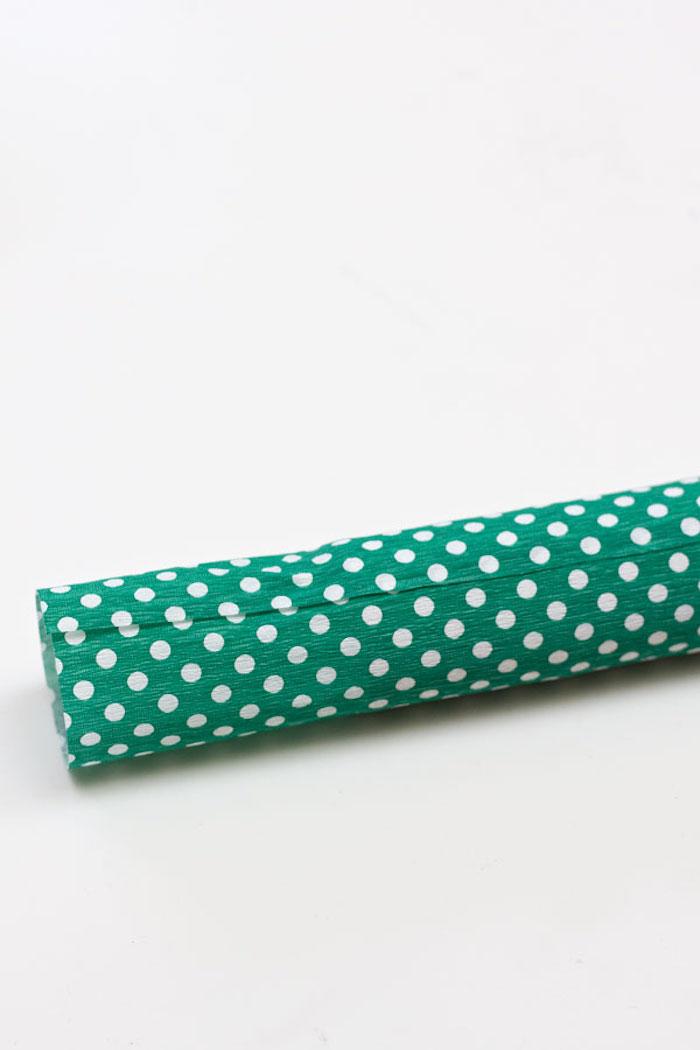 Confetti Popper selber machen, aus Klorolle, mit Krepppapier umwickeln