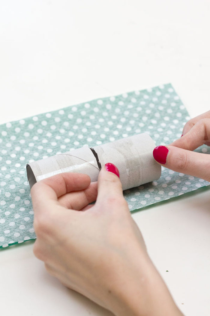 Confetti Popper aus Klorolle selber machen, in Form von Bonbon, mit Krepppapier umwickeln