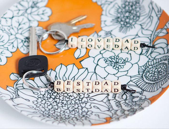 coole geburtstagsgeschenke für fater, orange schale mit blumen muster, selbstgemachte schlüsselanhänger aus holzwürfeln mit buchstaben