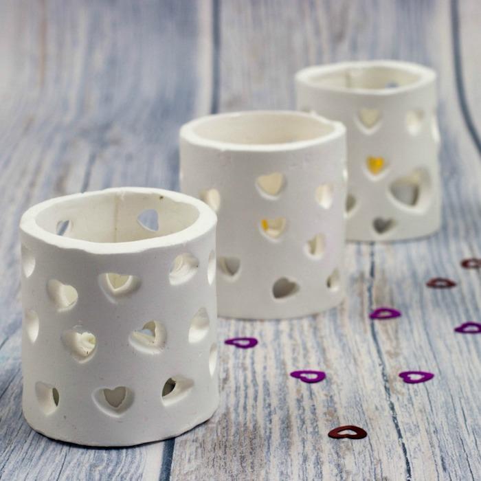 coole geburtstagsgeschenke zum selbermachen, kerzenhalter, teelichthalter aus wießem ton, herzen, tutorial