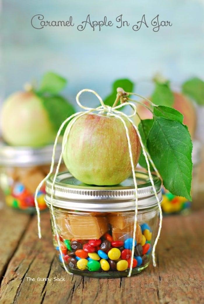 coole geburtstagsgeschenke in einmachglas, diy anleitung, bonbons, karmell, apfel