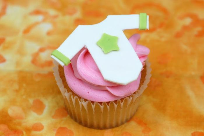 Cupcake mit rosa Creme und ein weißes Hemdchen von Baby, Babyparty organisieren