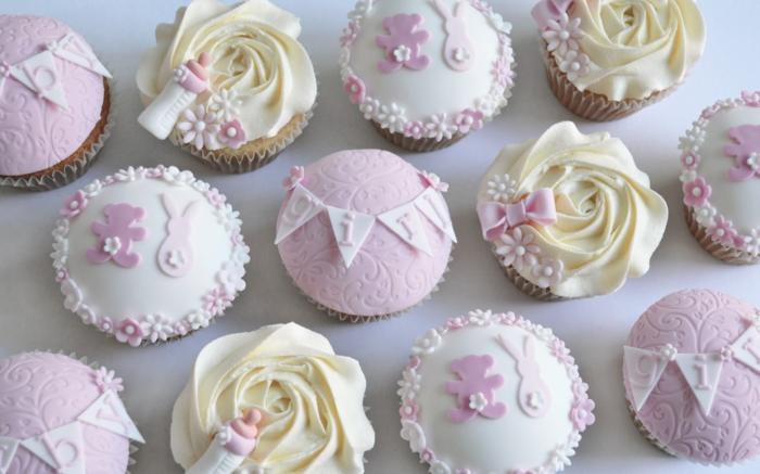 rosa Cupcakes mit Glasur, rosa Dekoration für ein kleines Mädchen, Babyparty organisieren