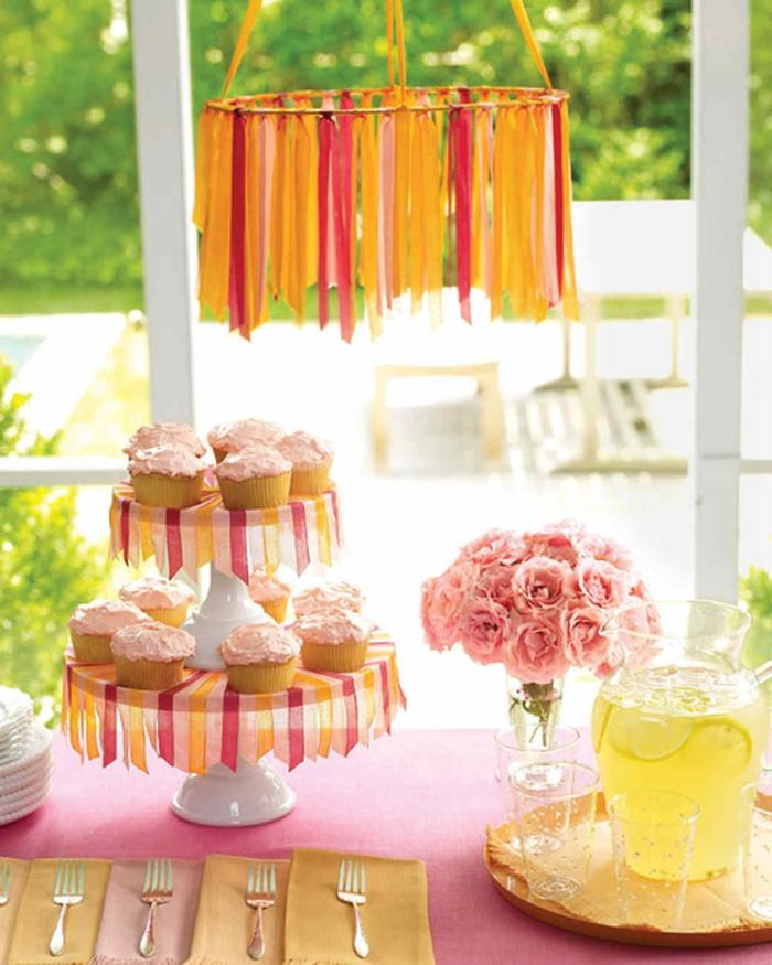 Babyparty für Mädchen, Ständer mit Cupcakes, rosa Blumenstrauß, eine Kanne Limo