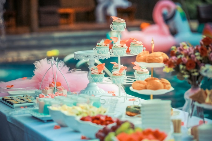 Süßigkeiten, und rosa und blaue Dekorationen, Ideen für Babyparty, ein Ständer für Cupcakes