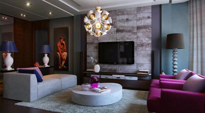 deko für wohnzimmer, extravagante pendelleuchte, zwei rosa sessel, runder kaffeetisch, stehlampen mit baluen lampenschirmen