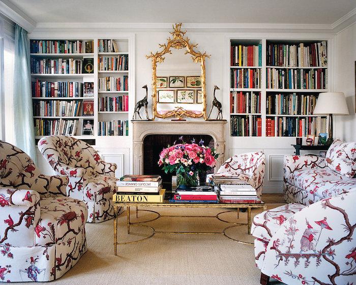 deko ideen wand, einrichtung in retro stil, sessel mit bunten motiven, große regale mit büchern, spiegel mit goldenem rahmen