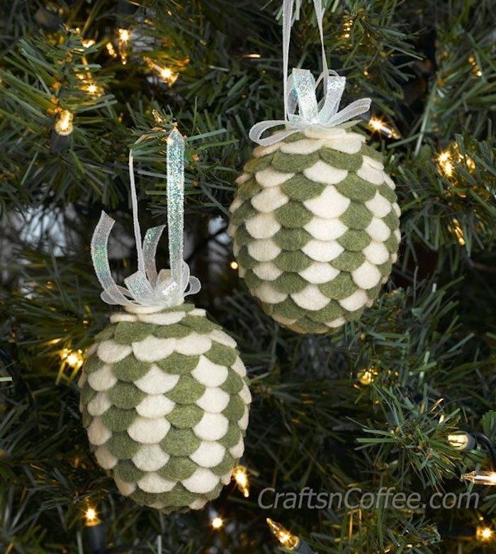 zwei kleine grüne tannenzapfen mit kleinen weißen schleifen, basteln mit tannenzapfen weihnachten, ein weinachtsbaum mit leuchten und mit einer grünen tannenzapfen deko