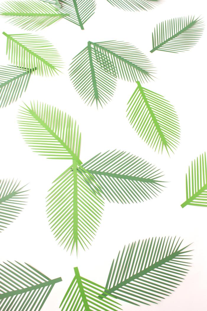 Sommer Deko aus Papier basteln, Palmenblätter aus grünem Papier ausschneiden