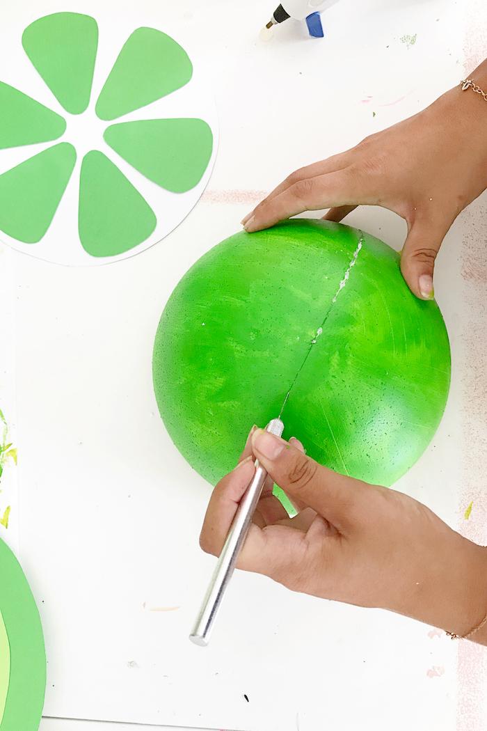 Wassermelone aus Styropor und Papier selber machen, mit Acrylfarben bemalen, DIY Idee für Sommerdeko