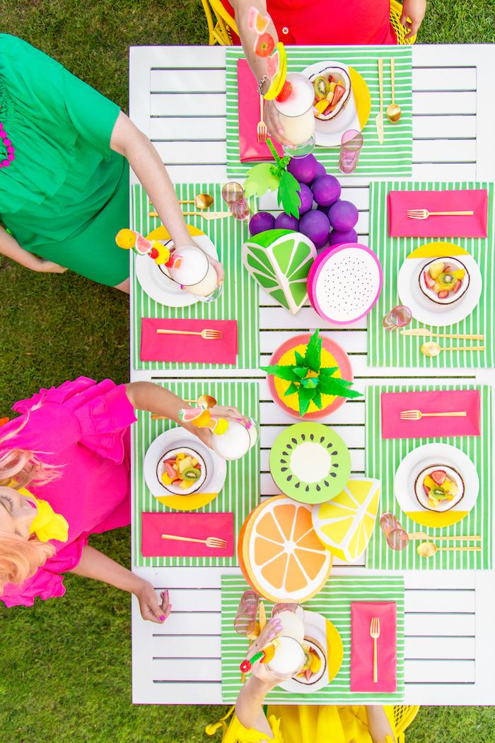 Sommerparty organisieren, Tischdeko in heiteren Farben, Zitrusfrüchte aus Papier