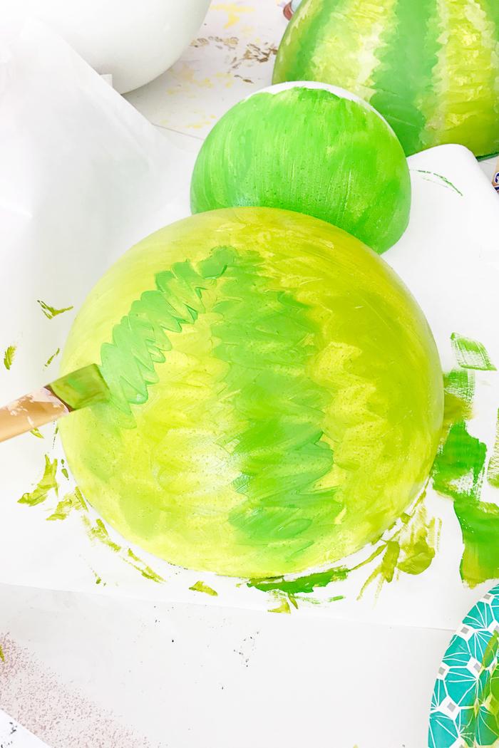 Wassermelone aus Styropor und Papier selber machen, mit grüner Farbe bemalen, DIY Idee für Sommerdeko