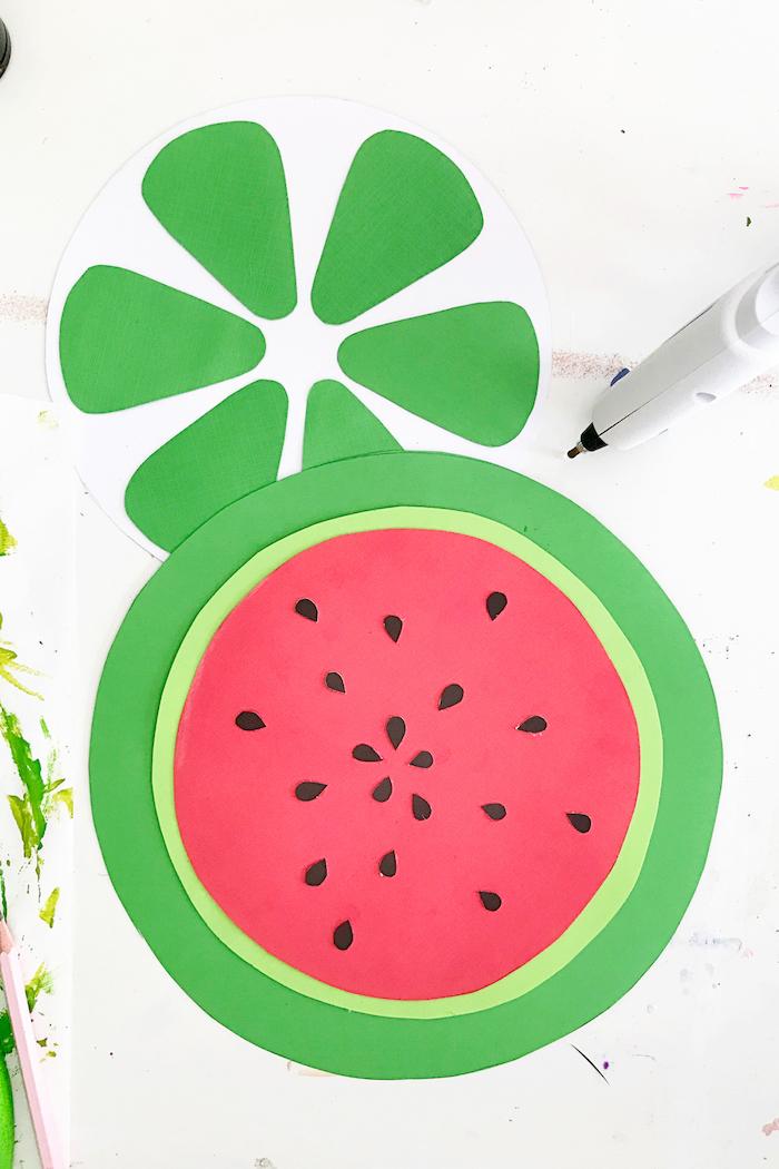 Wassermelone aus Styropor und Papier selber machen, coole DIY Idee für Sommerdeko