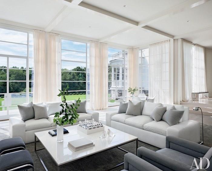 wohnzimmereinrichtung in weiß und grau, dekoideen wohnzimmer, weiße gardinen, große fenster