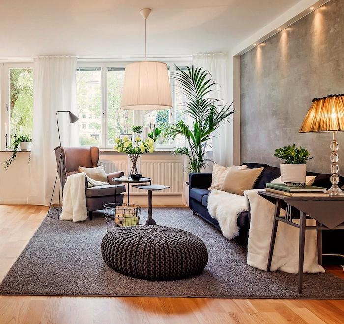 dekoideen wohnzimmer, große palme, stehlampe, gestrickter hocker, grauer sessel