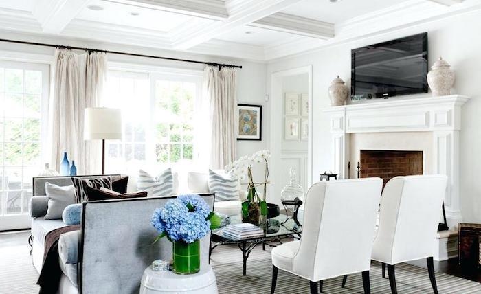 dekoideen wohnzimmer, blaue hortensien, viel licht, kamin in retro stil, weiße sessel