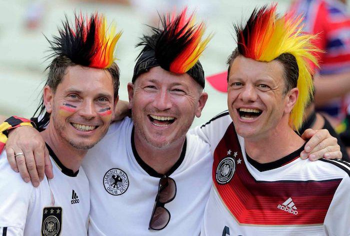 Fans mit Perücken in den Farben der deutschen Flagge, Weltmeisterschaft 2018 Emotionen