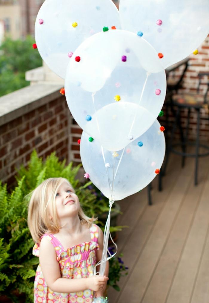 durchsichtige Ballons mit kleinen Pompons als Dekoration, Bommel selber machen