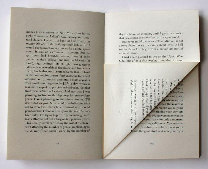 ein buch mit weißen gefalteten seiten mit kleinen schwarzen buchstaben, ein buch falten anleitung schritt für schritt, basteln mit papier