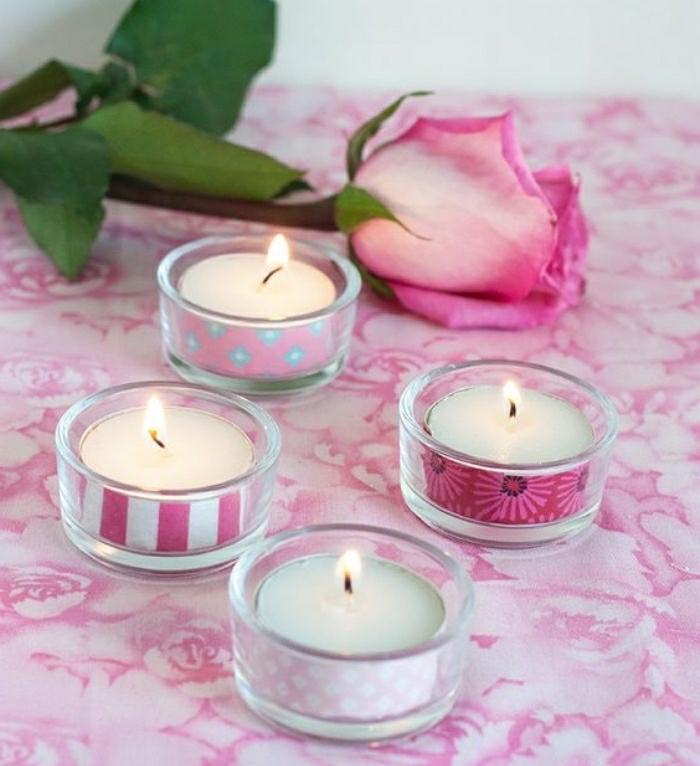 kerzen selber machen, deko für die wohnung, vier kleine kerzen in pink und weiß und eine rosa rose danebern diy bastelideen