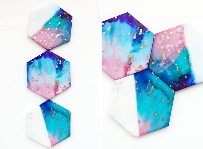 diy bastelideen, selbstgemachte tassenunterlagen aus weißem ton dekoriert mit tintefarben