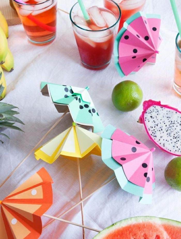 bastelideen für kinder, lustige sonnenschirm deko für die getränke selber falten, saft, cocktails, früchte