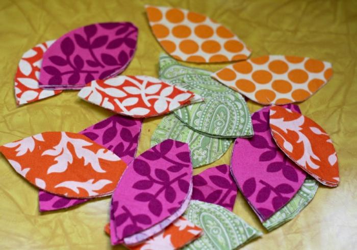 Babyparty Ideen für DIY Einladungen mit Blättern in verschiedenen Farben