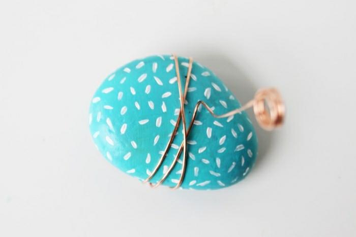 diy deko für da szuhause, blauer stein mit metallstift umwickeln und als kartenhalter nutzen, visitenkarten, deko, bilder