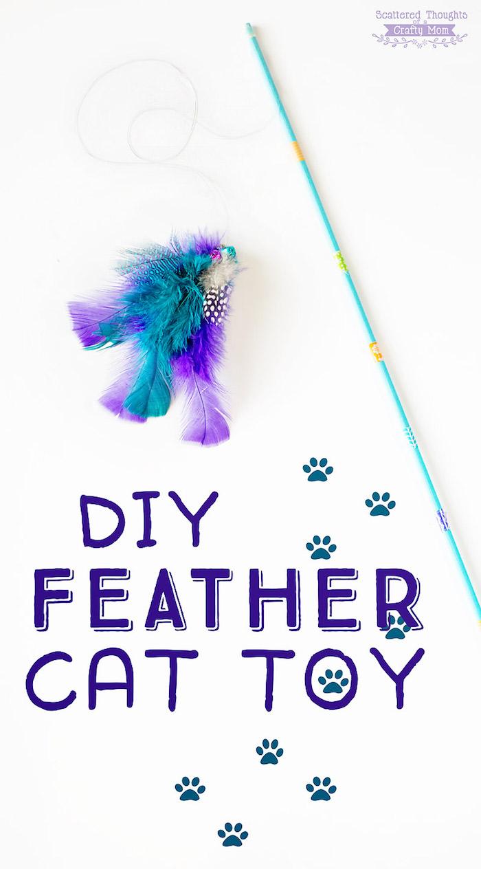 diy katzenspielzeug, angel aus holzstäbchen, seil und blauen und lila federn, selbstgemacht