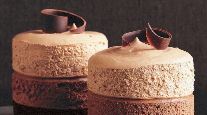 drei verschiedene Arten von Creme, Schokoladenraspel, schnelle Torten Rezepte
