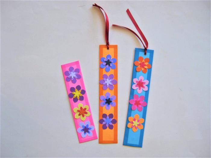 rosa, orange und blaues Lesezeichen basteln, kleine bunte Blümchen und Schleifen als Dekoration