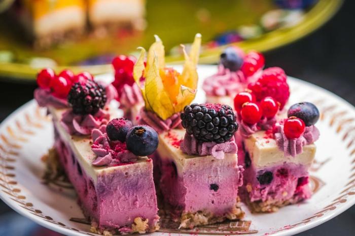lila Torte, schnelle Torten Rezepte, kleine Beere in roter und blauer Farbe