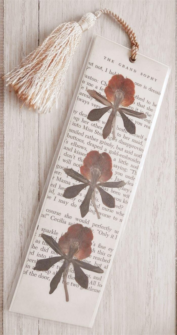 Lesezeichen zum Ausdrucken, kleine trockene Blumen als Dekoration, eine weiße Quaste